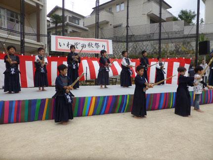 岩園コミスク秋祭りで剣道の素振りをする芦屋若松剣道会の子供たち