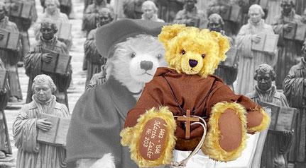 © Dr. Ursula Fellberg; Luther Teddybären vor der  Ottmar Hörl-Installation der Lutherfiguren 2010 auf dem Marktplatz Wittenberg