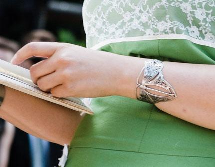 """Armspange """"Jugendstil Fantasiewesen Schmetterling–Libelle"""" der freien Theologin und Rednerin Barbara Christina Merz bei einer freien Trauung – Foto von Thomas H. Lerch"""