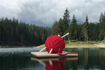 Die riesigen aufblasbares Wollknäuel mit Stricknadeln von Luft & Laune reiste für den SBB Werbefilm durch die ganze Schweiz.