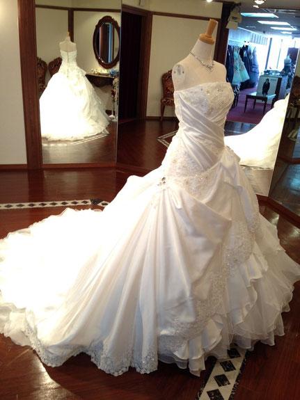 岐阜県美濃加茂市にあるブライダルサカエでは、フィッティングルームで心行くまでレンタルウェディングドレスを選べます