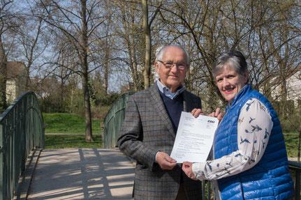 Geschichte trifft Zukunft: Theo Cronewitz, langjähriger Ortsvorsteher in Pfiffligheim, übergibt der jetzigen  Ortsvorsteherkandidatin Martina Hauzeneder eine Kopie der Einladung zur Gründung des Ortsverbandes vor drei Jahrzehnten.