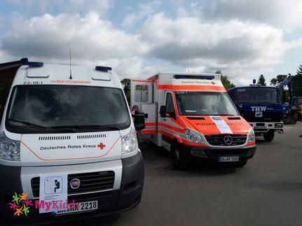Zwei Rettungswagen und THW-Fahrzeug