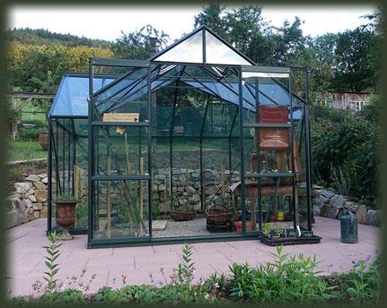 Das neue Gewächshaus steht bereit für den Tomatenanbau.
