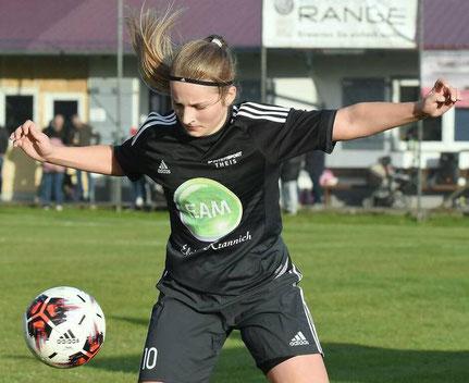 Da fliegen die Haare: Jasmin Rustemeier sicherte der Viktoria gegen Marburg mit ihrem ersten Hessenliga-Tor den ersten Saisonsieg.