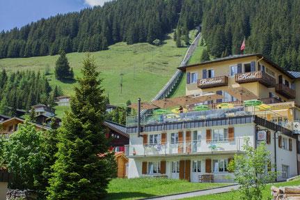Sommerbild Hotel Bellevue mit Allmendhubel im Hintergrund