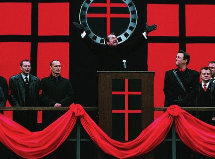 Scena del film V per Vendetta: il governatore Adam Sutler