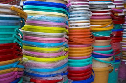 Teinture naturelles, teintures textiles, laine, récipients plastiques