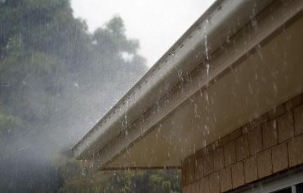 Dachrinne bei starken Regen