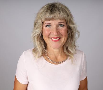Portrait Bild von Sonja Margelist, mit weisser Bluse nach rechts schauend