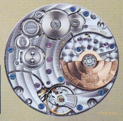 Moviment automàtic, calendari. PIAGET 1205P. El més pla del món, amb 3,00 mm. de gruix. Els acabats son a l'estil de Côtes de Genève, platina perlada, visos blaus i ponts bisellats. Micro-rotor de l'automàtic feta amb or rosa amb l'escut de Piaget gravat.