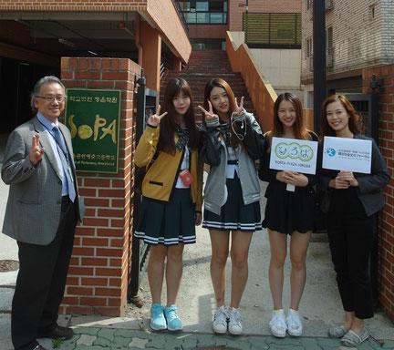 ソウル公演芸術高校の校長先生(左)と現役研修生の在学生たちも一緒に(2015年9月21日)