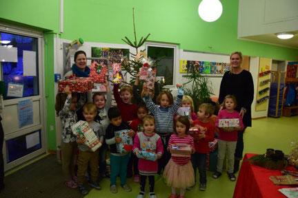 Wunschbaumaktion 2019       Der Förderverein Lützelsoon erhielt auch in diesem Jahr Unterstützung durch Sternschnuppenfamilien.  Michaela Fütterer (Elternausschussmitglied und Organisatorin) überreichte mit Sternschnuppenkindern die Päckchen.