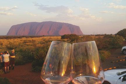 Cheers - Uluru und Weingläser