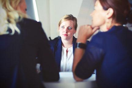 Gespräch zwischen einer Bewerberin und einer Chefin