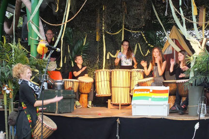 Optreden djembekids tijdens kindervakantieweek in Volkel