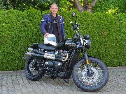 Hans Jung aus Brombach mit seiner neuen TRIUMPH Thruxton 1200 R , Motorrad-Center Dreispitz  -  Motorräder, Roller, Vermietung