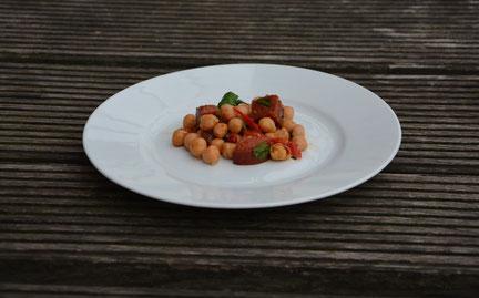 leicht scharfer Kichererbsensalat mit Chorizo und eingelegter Paprika