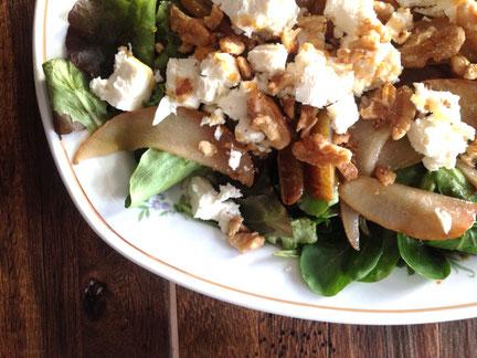 Pflücksalat mit gebratenen Honigbirnen, Feta und Walnüssen