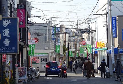 妙蓮寺駅の駅前に広がる商店街(2020年11月)