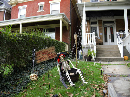Ein Skelett mit Piratenhut im Vorgarten als Dekoration für Halloween in Amerika