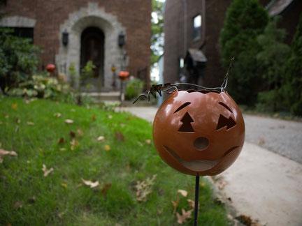 Eine Laterne für den Garten, die aussieht wie ein geschnitzter Kürbiskopf zu Halloween