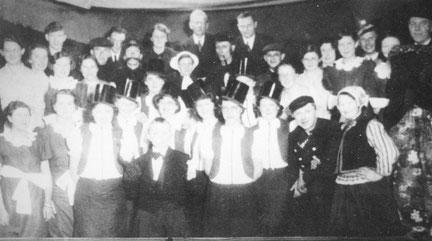 Op de foto: Het Revuegezelschap van Kapper Grondhuis. (Omstreeks jaren '30: Voorste rij, 2 e van links is Jan Willem Bembom).