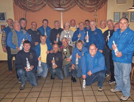Die Mitglieder des Skatclubs 'Die Kiebitze' mit dem Gewinner des Osterwanderpokals.