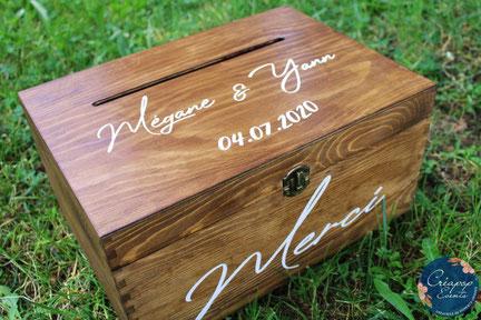 Cette photo représente une urne de mariage en bois personnalisée et sur-mesure pour les mariés.