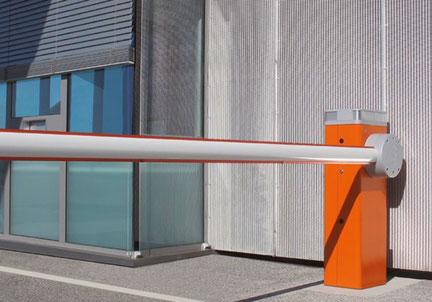 Installation de barrière levante pour parking et camping