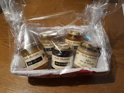 Panière garnie à offrir composée d'un miel de tournesol 500 grammes, d'un miel de printemps 500 grammes, d'un sachet de 200 grammes de pastilles au miel et d'un pain d'épices de l'Abeille villadéenne, apicultrice récoltante en Charente maritime