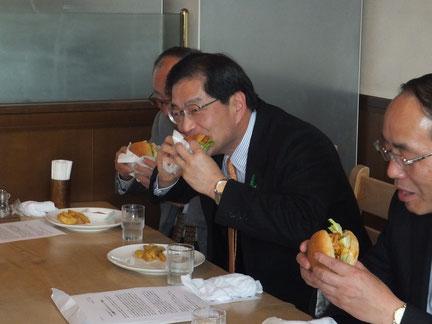 新作バーガーを試食する山崎善也・綾部市長