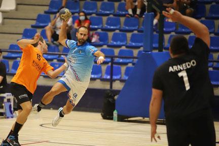 Sergio Martínez lanzando a la meta defendida por David Arnedo / Foto: Jordi del Puente