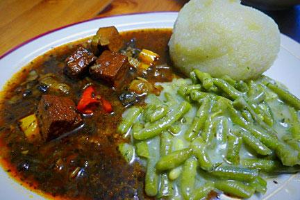 basisches Hauptgericht, vegan, glutenfrei, herzhaft - Thüringer Grüne Klöße mit Räuchertofugulasch und grünen Bohnen in Maissoße