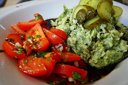 basisch veganer Kartoffelstampf mit Wildkräutern, Tomatensalat, Salzgurke und Kürbiskernöl