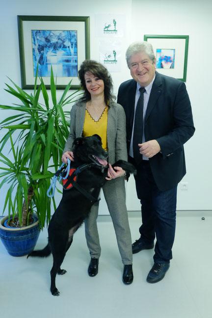 Le professeur Hervé Vespignani avec une patiente et son chien d'alerte