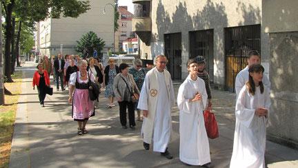 Um 9:30 marschierte eine kleine Gruppe von der Sandleiten Kirche weg...
