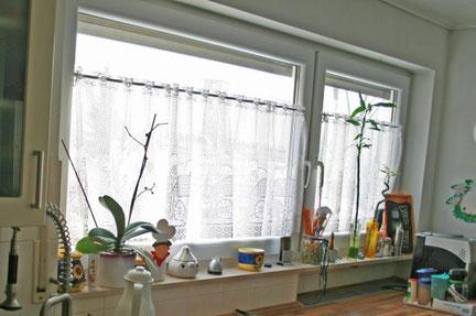 Die Fensterbank des Küchenfensters war mit Gegenständen verstellt.