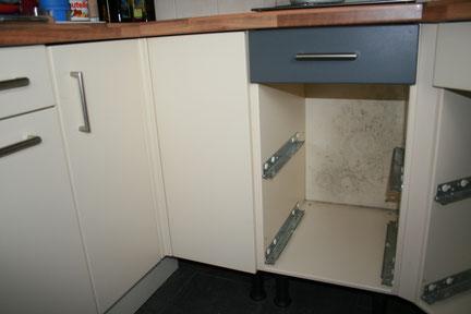 Schimmelbildung an der Rückwand eines Küchenschranks