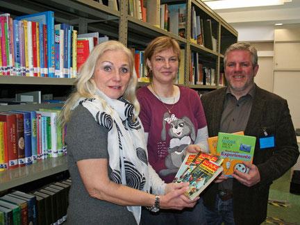 Silke Lux vom Intellectual Property Management übergab die Kinderbücher an Esta Wolff (l.) und Jens Lüdert.