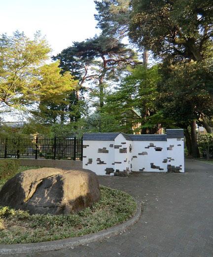 4月9日(2013) 路傍の石(三鷹市の山本有三記念館入口前、風の散歩道のそば)