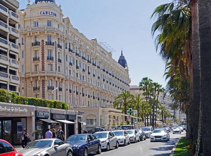 In vielen verschiedenen Hotels in Cannes tratt die Künstlerin SOLO oder im DUETT in Cabaret & Broadway-Shows auf  | Cannes Seepromenade