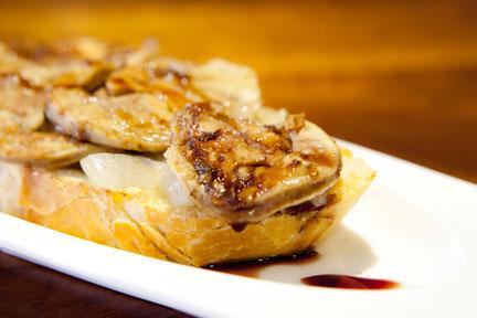 Tosta de Foie de Mar. Pan, higado de rape y cebolla.