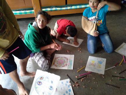 Kinder aus dem tibetischen Flüchtlingsdorf malen eifrig