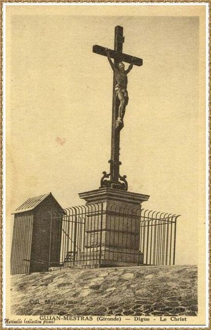 Gujan-Mestras autrefois :  vers 1910, la Croix des Marins et sa cabane sur la Jetée du Christ au Port de Larros, Bassin d'Arcachon (carte postale, collection privée)