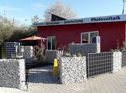 Gabionenzaun mit Solarmodulen auf dem Firmengelände der iKratos Solar- und Energietechnik GmbH