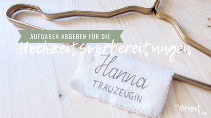 """Ein Tuch mit der Aufschrift """"Hanna - Trauzeugin"""" liegt auf einem Kleiderbügel. Weiterer Text: """"Aufgaben abgeben für die Hochzeitsvorbereitung""""."""