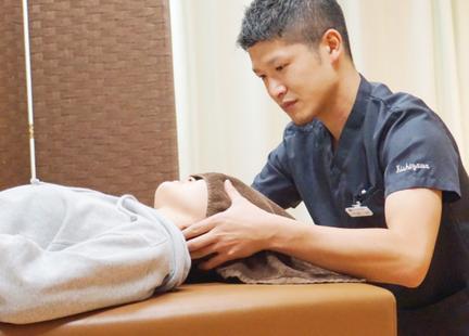 頭痛の施術をするきしざわ整骨院スタッフ
