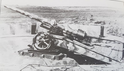 One of the 4 WW1 vintage 15.5cm K418 (f) French field gun in 1945 (CIOS)