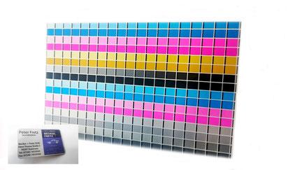 Auf diesem Bild ist eine Aluminiumvisitenkarte und ein Farbprofil im Untereloxaldruck abgebildet.